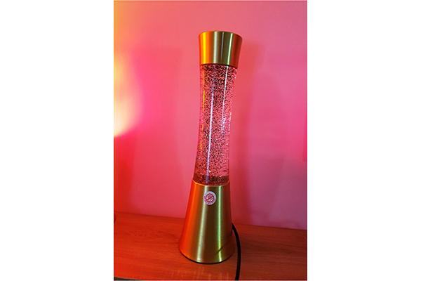 Lampa lava liquid sa zlatnim postoljem