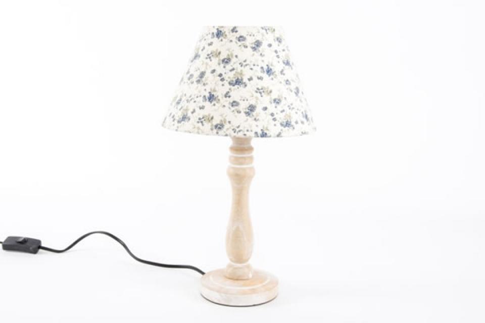 Stona lampa sa drvenim postoljem i belo cvetnom abažurom